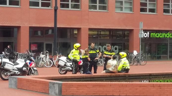 De politie, en later de ambulance, ontfermde zich over de verwarde man