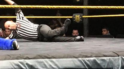 Referee loopt lelijke beenbreuk op wanneer worstelaar op hem smakt, maar de kranige man wil van geen wijken weten