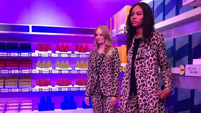 Twee modellen op de presentatie van Heidi Klum.
