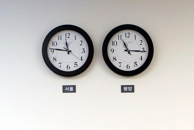 Tot vandaag liep de klok in Seoel (l.) een halfuur voor op die van Pyongyang (r.).