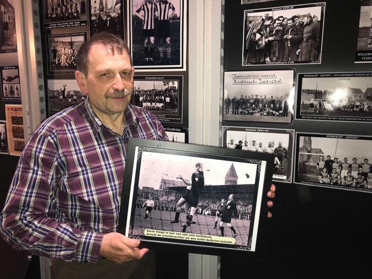 Yves Janssens tussen de vele oude foto's over Eendracht Aalst.