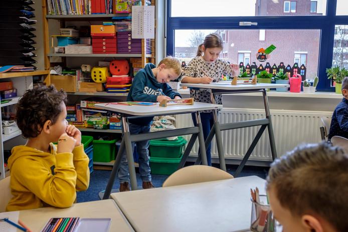 Bob (6) en Jezz (7) hebben graag les aan de statafels in hun school De Regenboog.