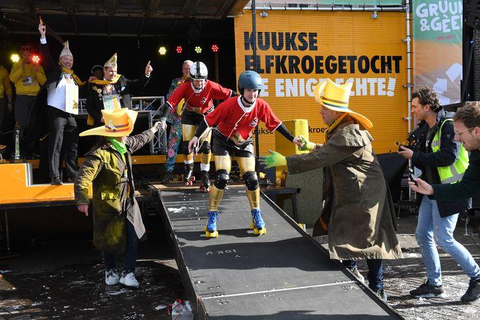 Rolschaatsers bij de Kuukse Elfkroegetocht.