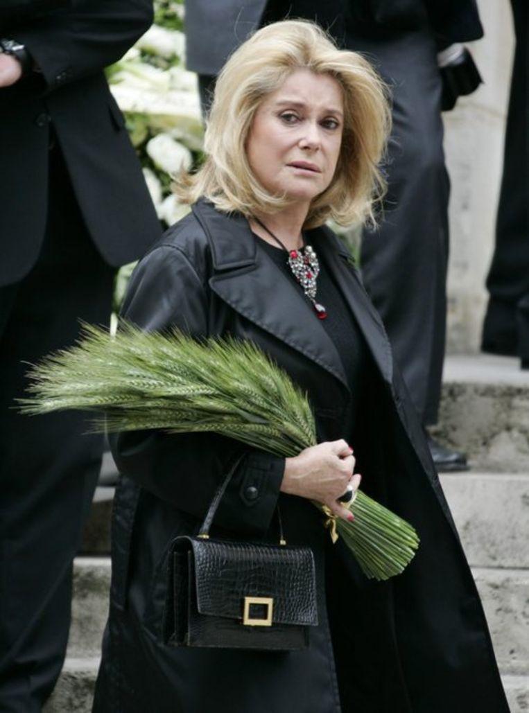 Catherine Deneuve arriveert bij de Saint-Roch kerk. Foto AP Beeld