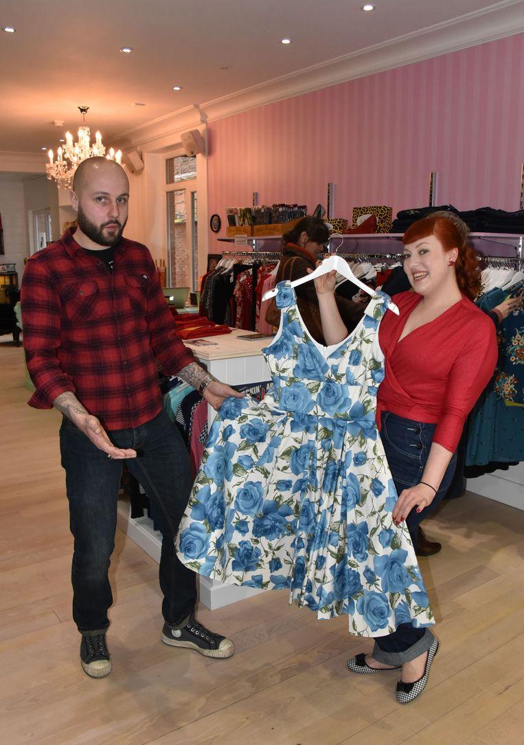 Bjorn en Zoë tonen een typische jurk met bloemenmotief uit de fifties.
