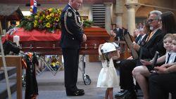 Dochtertje van gestorven Australische brandweerman draagt zijn helm tijdens begrafenis