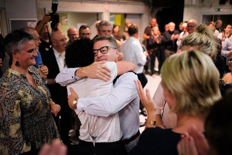 Burgemeester Koen Van den Heuvel (midden) behaalt een absolute meerderheid en viert die met zijn CD&V-aanhang in JOC Wijland.