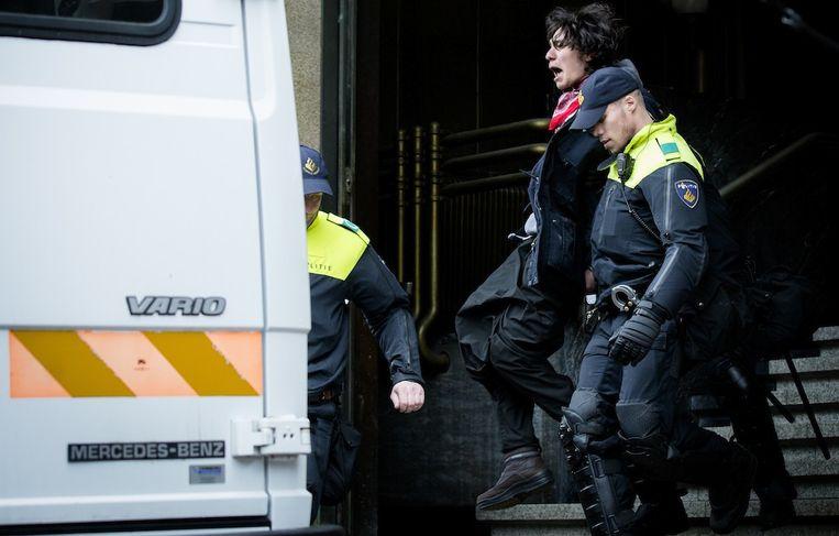 Bij de ontruiming van het Bungehuis zijn vandaag 46 mensen gearresteerd. Beeld anp