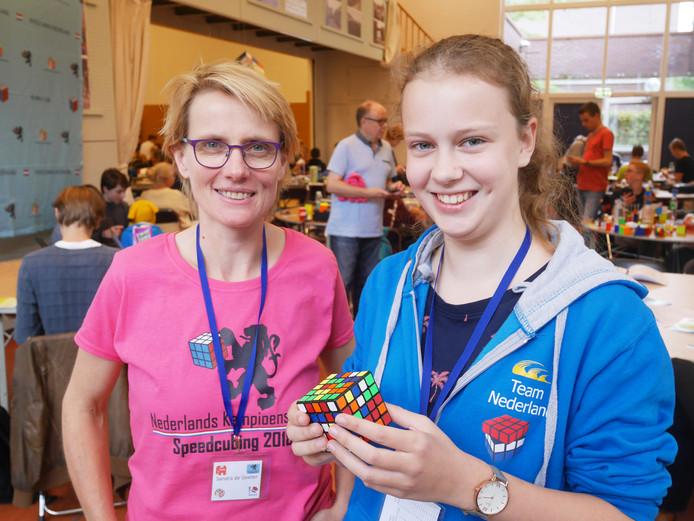 Sandra de Geeter (links), die het NK speedcubing naar Hoogland haalde, en deelneemster Lisa Rengers uit Heemstede met een Rubiks kubus.