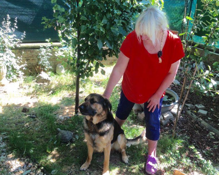 De Duitse herder Boris en zijn baasje Anny.
