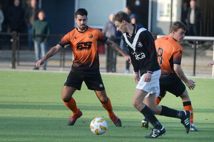 Dario Tanda in het oranje shirt van Sportlust Glanerbrug.