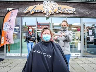 """Kappers van Haar & Barbier knippen klant op de stoep: """"De gedwongen sluiting zet ons het water aan de lippen"""""""