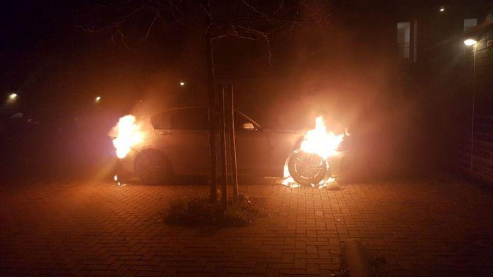 De witte BMW: er is duidelijk te zien dat de brand bij de verschillende wielen woedt.