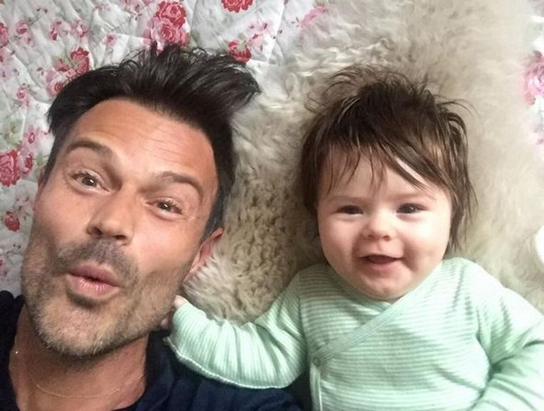 Presentator Arie Boomsma met dochtertje Bobby Jo op Instagram. `De eerste uren van deze maandag waren alvast fantastisch. Fijne dag, lieve mensen!` Beeld Instagram