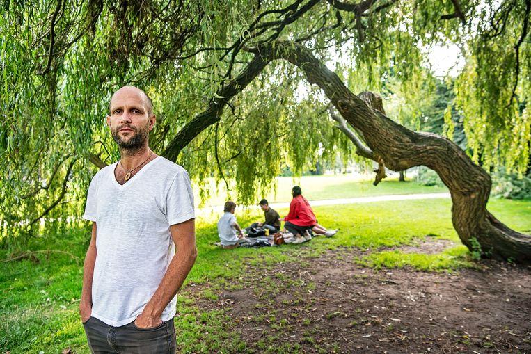Frank van der Linde in het Vondelpark, waar volgens hem elke nacht tien tot twintig daklozen overnachten. Beeld Guus Dubbelman / de Volkskrant