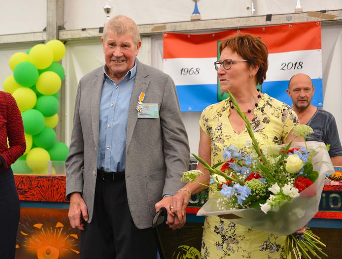 Cees Daas kreeg dinsdagmiddag een lintje opgespeld door burgemeester Keijzers-Verschelling van Oirschot.