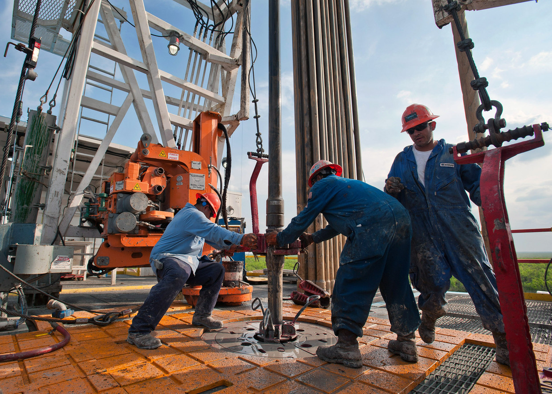 Arbeiders op een olieboorinstallatie in Webb County, Texas. Beeld  Getty Images