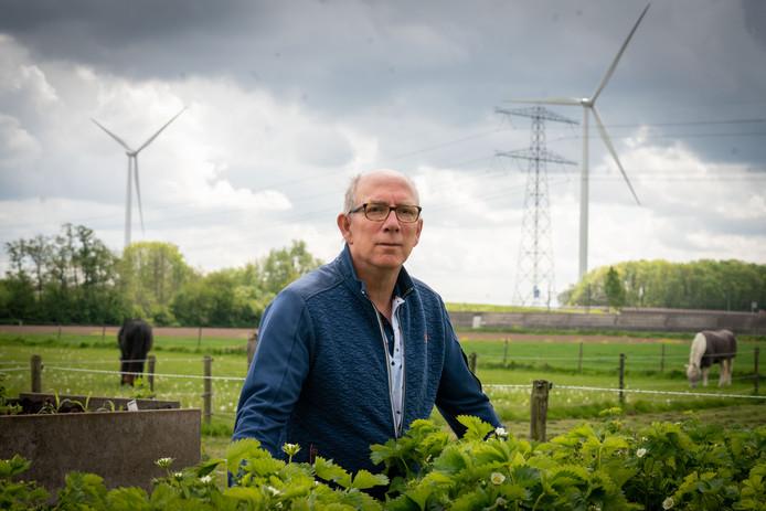 Koos Nijssen in het Elster buurtschap Reeth, met op de achtergrond twee van de vier windmolens én de A15.