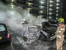 Auto's in brand bij flat in Arnhem