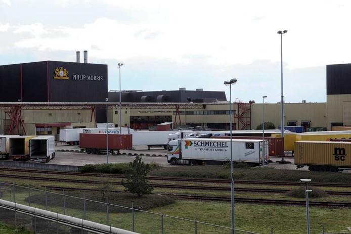 Trucks uit heel Europa rijden af en aan om voorraden sigaretten van Philip Morris International weg te brengen.