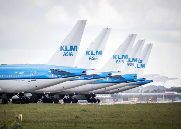 2020-05-14 10:05:42 SCHIPHOL - Toestellen van de KLM staan nog steeds geparkeerd bij luchthaven Schiphol. KLM voert vanwege de coronacrisis veel minder vluchten uit. ANP REMKO DE WAAL