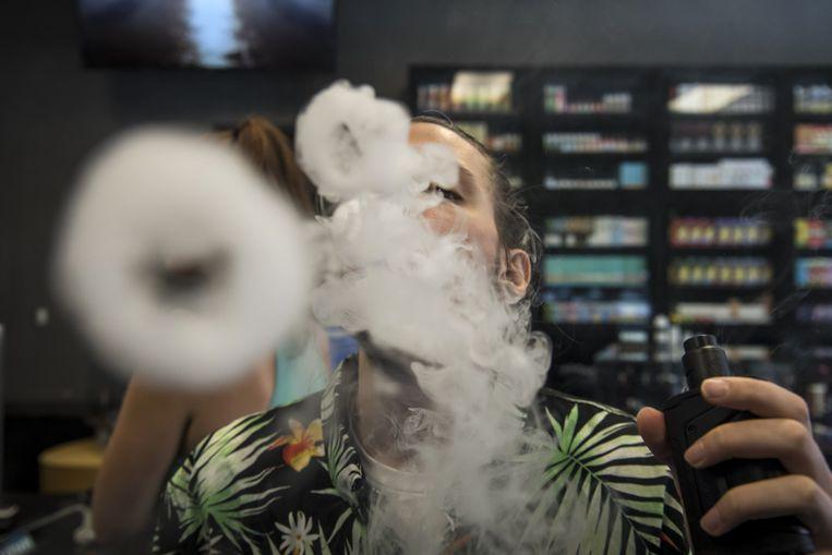 Medewerker van e-sigarettenwinkel in Sacramento, Californië, test zijn eigen koopwaar.  Beeld Bloomberg via Getty Images