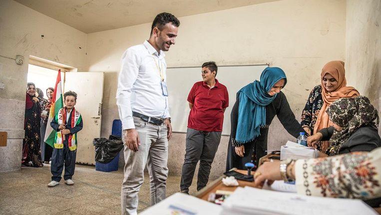 Een stembureau in Erbil op de dag van het referendum. Alle kiezers moeten na het stemmen hun rechterwijsvinger in inkt dopen. Op deze manier kan niemand meer dan één keer stemmen. Beeld Marlena Waldthausen