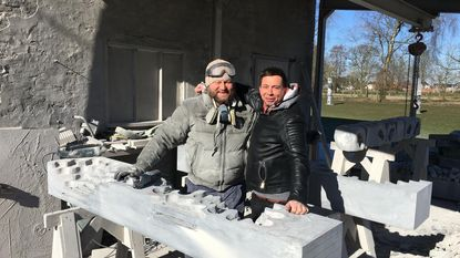 Wit-Russiche beeldhouwer 'trotseert' Nieuwmoerse koude