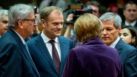 Donald Tusk (midden) bij aanvang van de Europese top.