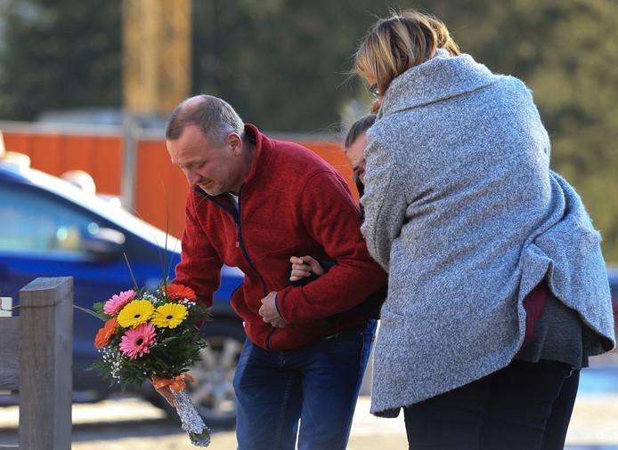 Nabestaanden van slachtoffers legden vandaag bloemen neer op de plek in Luttach waar hun kinderen om het leven kwamen. Bewoners van het wintersportoord plaatsten er gisteren al kaarsjes