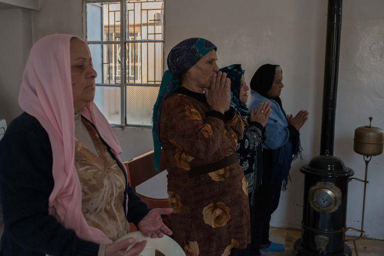 Vier christelijke vrouwen die vastbesloten zijn om in Tel Jumaa te blijven. Beeld Vincent Haiges