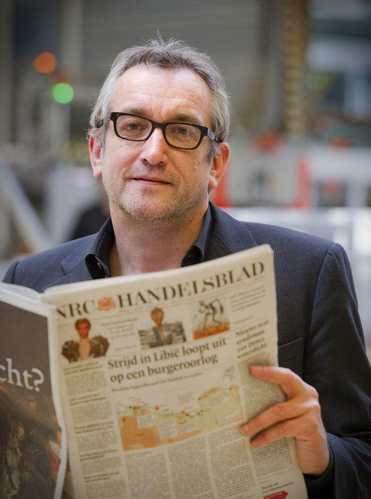 Televisiester die in zijn vrije ochtenduren een krant schijnt te leiden Beeld ANP