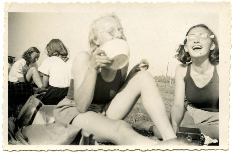 Margot Frank, rechts in beeld, met roeigenoten in 1941. Beeld Anne Frank Stichting - Fotograaf Roos van Gelder